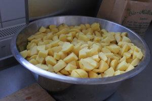 Kochen in der Schülerinnenschule - Erdäpfel schälen und schneiden...
