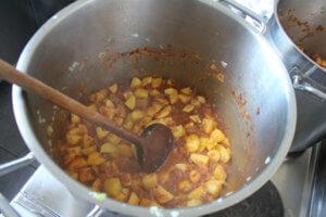 Kochen in der Schülerinnenschule - heute gibt's Erdäpfelgulasch