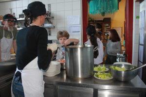 Kochen in der Schülerinnenschule - Die hungernden Schüler freuen sich auf das Essen