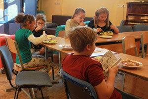 Kochen in der Schülerinnenschule - manche essen in der Aula, andere in den Stammgruppen